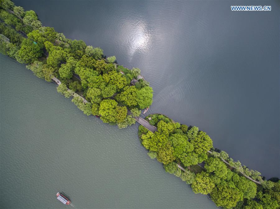 Photo taken on April 11, 2016 shows the Su Causeway on the West Lake in Hangzhou, capital city of east China