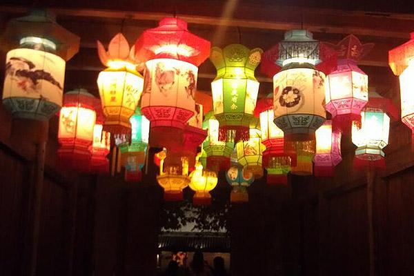 """中秋节又称女儿节、团圆节、八月会等,时为农历八月十五,是我国汉族和大部分少数民族的传统节日。常见的中秋习俗有祭月、吃月饼和猜灯谜等,在不同的地区还有不同的传统。 一、祭月赏月   早在《礼记》中就有记载""""秋暮夕月"""",即拜祭月神,时至周代,每逢中秋夜都要举行迎寒和祭月。香案摆上月饼、西瓜、苹果等祭品,全家人在月下依次拜祭月亮,由当家主妇切开团圆月饼,有多少人切多少份,连大小都要一样。赏月的习俗盛行于唐代,至宋代,赏月之风更盛,并有""""贵家结饰台榭,民间争占酒楼玩月&rdqu"""