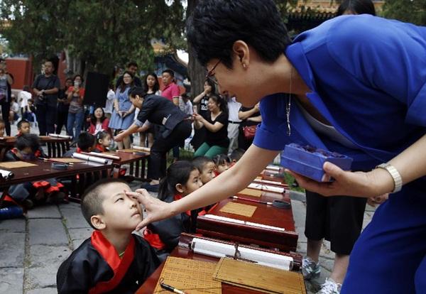 بكين 2 سبتمبر 2016 (شينخوا) الصورة الملتقطة أول سبتمبر 2016 ، طلبة من الصف الأول يلبسون الزي التقليدي الصيني ويشاركون في مراسم افتتاح المدرسة التقليدية في معبد كونفوشيوس في بكين.