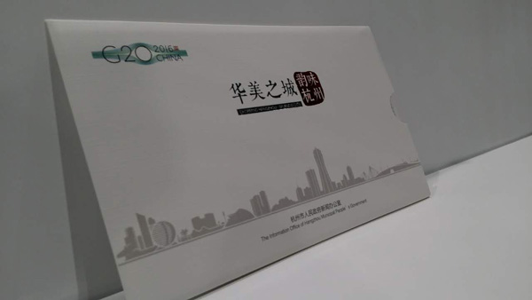 展示台上的明信片,明信片背面有邮票,可直接邮寄
