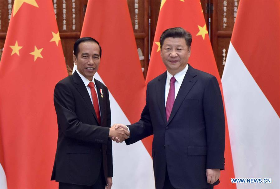 Chinese President Xi Jinping (R) meets with his Indonesian counterpart Joko Widodo, who is here to attend the G20 summit, in Hangzhou, capital of east China
