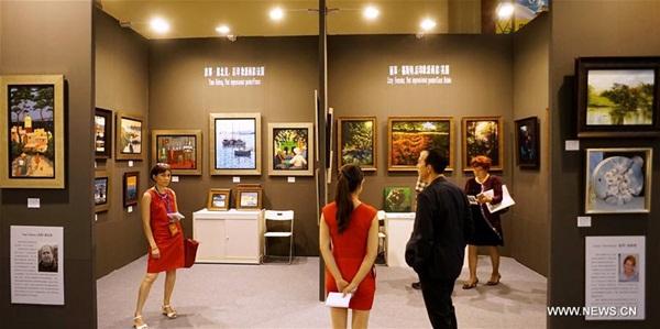 بكين 2 سبتمبر 2016 (شينخوا) الصورة الملتقطة أول سبتمبر 2016 ، مشاهدون يستمتعون بأعمال فنية في الدورة الـ19 لمعرض بكين للفنون، حيث افتتح المعرض يوم الخميس بمشاركة أكثر من 100 صالة عرض وهيئة فنية