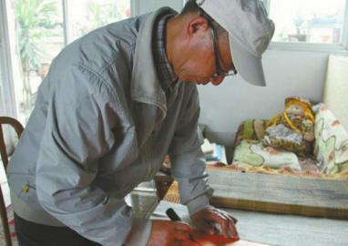 七旬成都老人骑行20年写就120万字川军抗战史