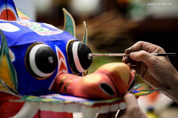 هانغتشو 2 سبتمبر 2016 (شينخوا) الصورة الملتقطة يوم أول سبتمبر 2016، فنان يصنع طيارة ورقية في متحف الفنون اليدوية في مدينة هانغتشو حاضرة مقاطعة تشجيانغ بشرقي الصين.