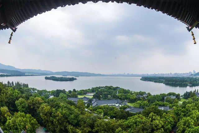 9月4日,西湖风景区雷峰塔上俯瞰西湖风景。新华社记者 徐昱 摄