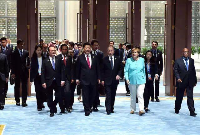 9月4日,二十国集团成员和嘉宾国领导人、有关国际组织负责人步入峰会会场。新华社记者 李涛 摄