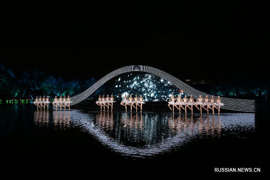 Китайские балерины танцевали на настоящем озере -- живописном Сиху