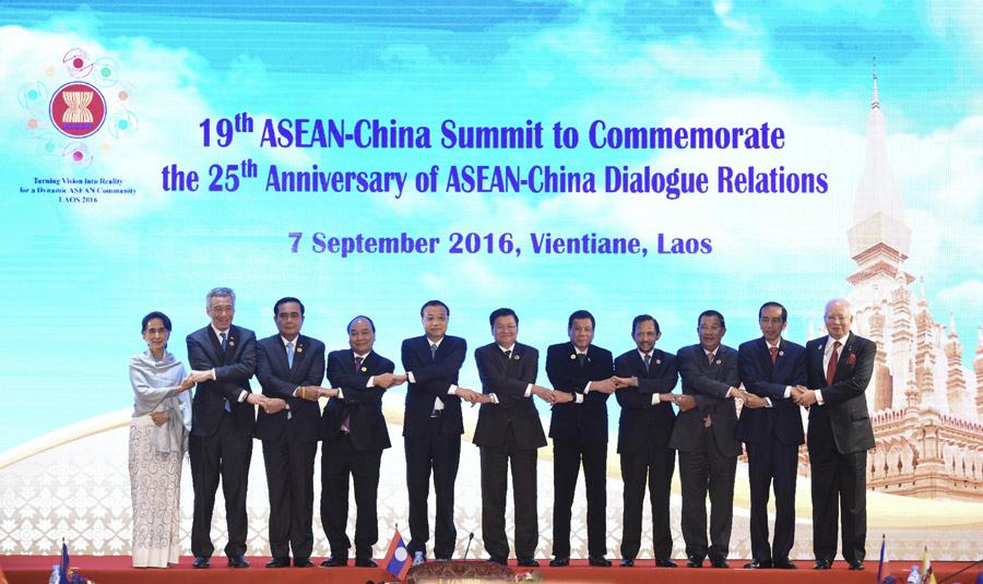 Chinese Premier Li Keqiang (from left, 5th) and leaders from ASEAN members attend the 19th ASEAN-China Summit in Vientiane, Laos, Sept 7, 2016. (Photo/Xinhua)