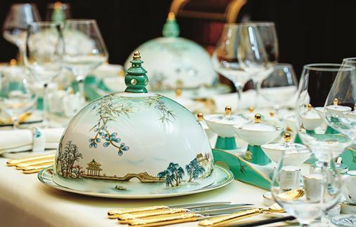 Soft yet solid strokes of traditional Chinese brushwork depict Hangzhou against an emerald green undertone. The design team also took table settings into account.