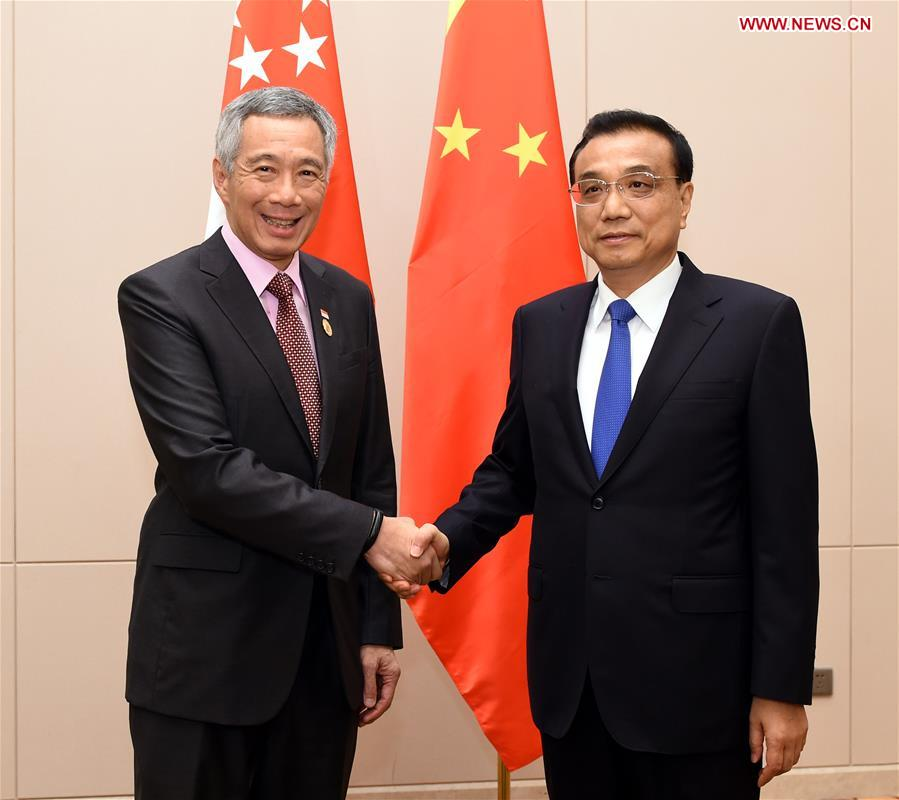 Chinese Premier Li Keqiang (R) meets with Singaporean Prime Minister Lee Hsien Loong in Vientiane, Laos, Sept. 6, 2016. (Xinhua/Rao Aimin)