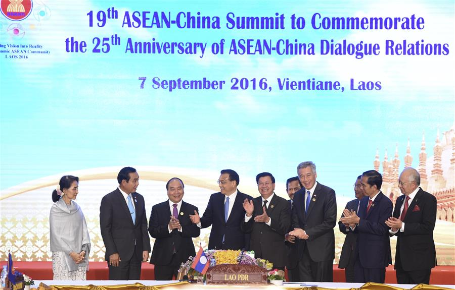 Chinese Premier Li Keqiang (4th L), Laotian Prime Minister Thongloun Sisoulith (5th L) and Singaporean Prime Minister Lee Hsien Loong (4th R) cut a commemorative cake as they attend a ceremony to commemorate the 25th anniversary of the establishment of China-ASEAN dialogue relations, in Vientiane, Laos, Sept. 7, 2016. (Xinhua/Gao Jie)
