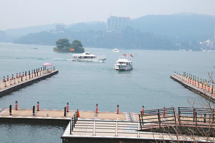 大陆游客锐减,日月潭包船游湖人数也幅下降,潭区游艇只见少数几艘在游湖。(图片来源:台湾《联合报》)