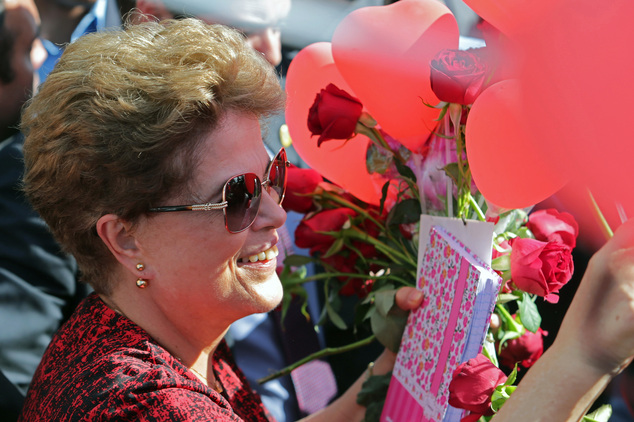 Expresidenta brasileña abandona el palacio de gobierno