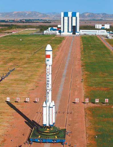 9日,执行天宫二号飞行任务的运载火箭垂直转运至酒泉卫星发射中心载人航天发射场发射区。   杨志远摄(新华社发)