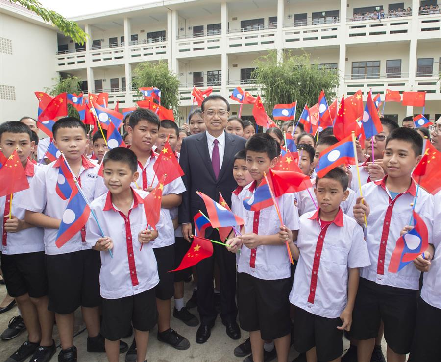 Chinese Premier Li Keqiang (C) visits the Lieutou Chinese School in Vientiane, Laos, Sept. 9, 2016.(Xinhua/Wang Ye)