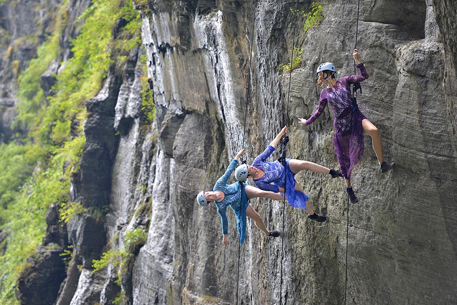 Dancers from the US perform while suspended over the side of a cliff in the Tianmen mountains in Zhangjiajie, Hunan province, on Sunday. The dance troupe, Bandaloop, interweaves choreography and sport climbing in their performances. Bandaloop also gave a show on the glass walls of a skyscraper in Shanghai last year. [Photo by Song Weihong/China Daily]
