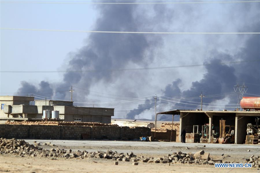 Heavy smoke rises from oil wells, sabotaged by the Islamic State (IS) group as they were leaving Qayyarah Town, some 50 kilometers south of Mosul, Iraq, Sept. 11, 2016. (Xinhua/Yaser Jawad)