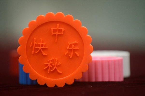 يانغتشو(جيانغسو) 13 سبتمبر 2016(شينخوا) في الصورة الملتقطة 12 سبتمبر 2016، قوالب كعكة القمر المصنوعة بطريقة تكنولوجيا الطباعة الثلاثية الأبعاد التي يصنعها الطلاب في كلية الهندسة الميكانيكية بجامعة يانغتشو لاستقبال مهرجان منتصف الخريف.