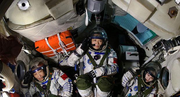 """أرسلت المركبة """"شنتشو ـ 10"""" ثلاثة أشخاص إلى الفضاء"""