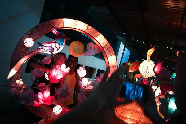 La parade des lanterne illumine le ciel de Malaisie