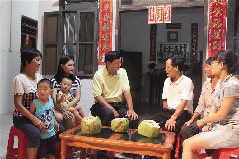 林北川(右四)在和村民交谈。