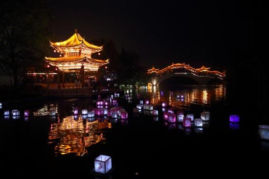 People around China enjoy Mid-Autumn Festival holiday