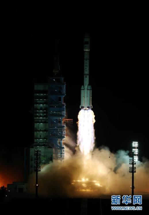 ЦУП корректирует полет космической лаборатории до круговой орбиты с высотой 380 километров