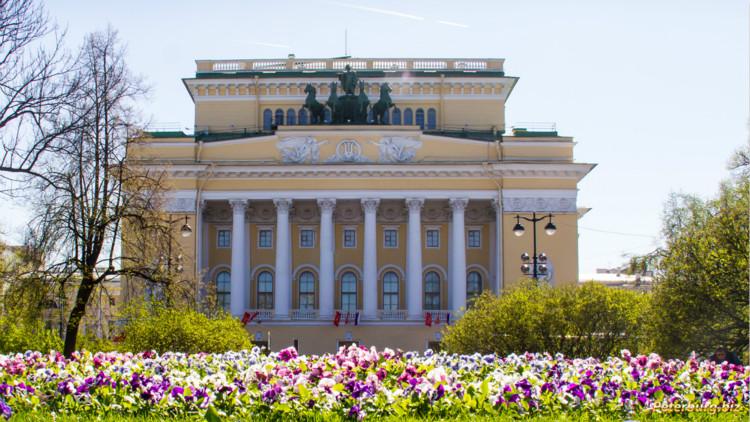 """Спектакль """"Близкий"""" поставили на сцене Александринского театра"""