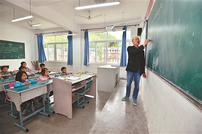 文天立在给学生上课。资料图片