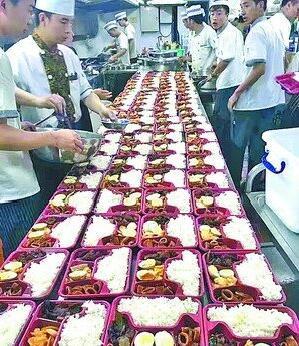 爱心餐厅为部队官兵配送丰富快餐