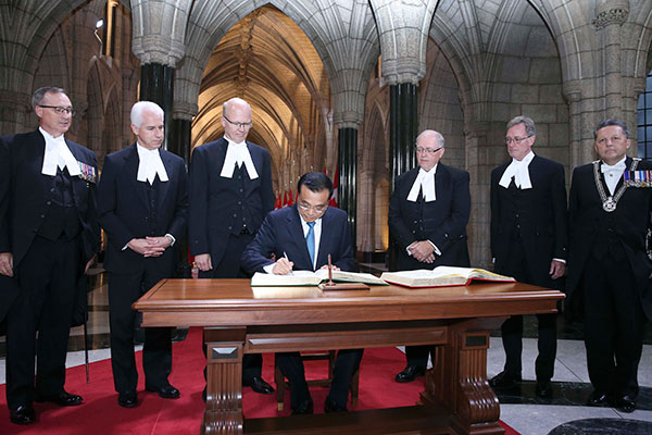 Visiting Chinese Premier Li Keqiang attends a welcome ceremony held by George Furey, speaker of the Canadian Senate, and Geoff Regan, speaker of the Canadian House of Commons, at Parliament Hill in Ottawa on Sept. 22, 2016. The two speakers lined up at Federal Hall with other parliamentarians to welcome Premier Li, who then signed the VIP books of the Senate and the House of Commons. [Photo: Xinhua]
