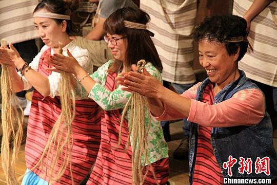 图为女士们学习太鲁阁民俗捻麻绳,愿两岸婚姻生活长长久久。中新社记者 徐德金 摄