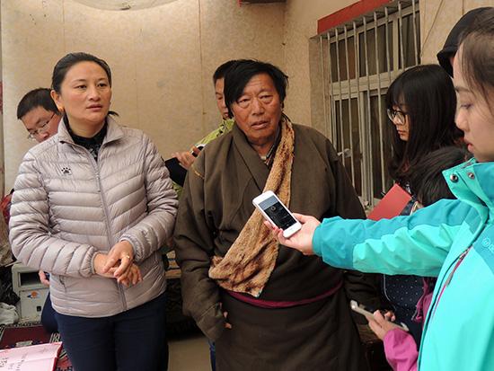 网媒记者采访班前村党支部书记尕玛求。