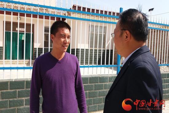 梁峰接受记者采访