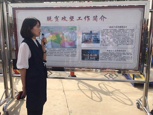 讲解员为采访团介绍兰州市七里河区的脱贫攻坚工作进展。中国干部学习网 张倩楠 摄