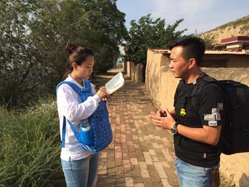 七里河区委宣传部门工作人员介绍精准扶贫政策。中国干部学习网 张倩楠 摄