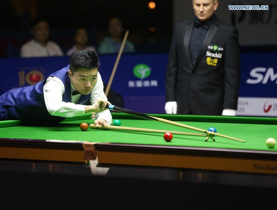 Ding Junhui of China plays a shot during a semifinal match against Stephen Maquire of Scotland at the 2016 Shanghai Masters world snooker tournament in Shanghai, China, Sept. 24, 2016. (Xinhua/Ding Ting)