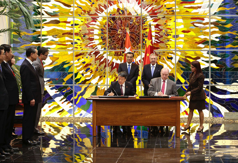 Chinese Premier Li Keqiang and Cuban President Raul Castro attend a signing ceremony for the cooperation agreements between China and Cuba, at the Palace of the Revolution in Havana on Saturday September 25, 2016.  [Photo: Xinhua]