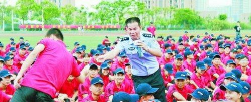 """陈清洲在给大学生们上""""开学第一课"""",宣传防诈骗知识。"""