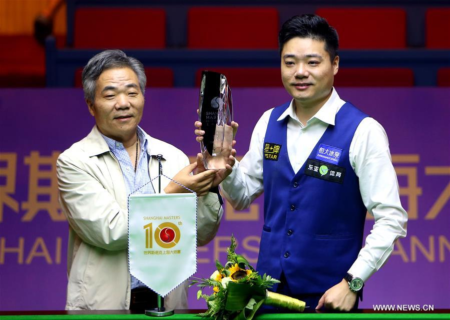 Ding Junhui (R) of China celebrates with his father after the final match against Mark Selby of England at the 2016 Shanghai Masters world snooker tournament in Shanghai, China, Sept. 25, 2016. Ding won 10-6 to claim the title. (Xinhua/Fan Jun)
