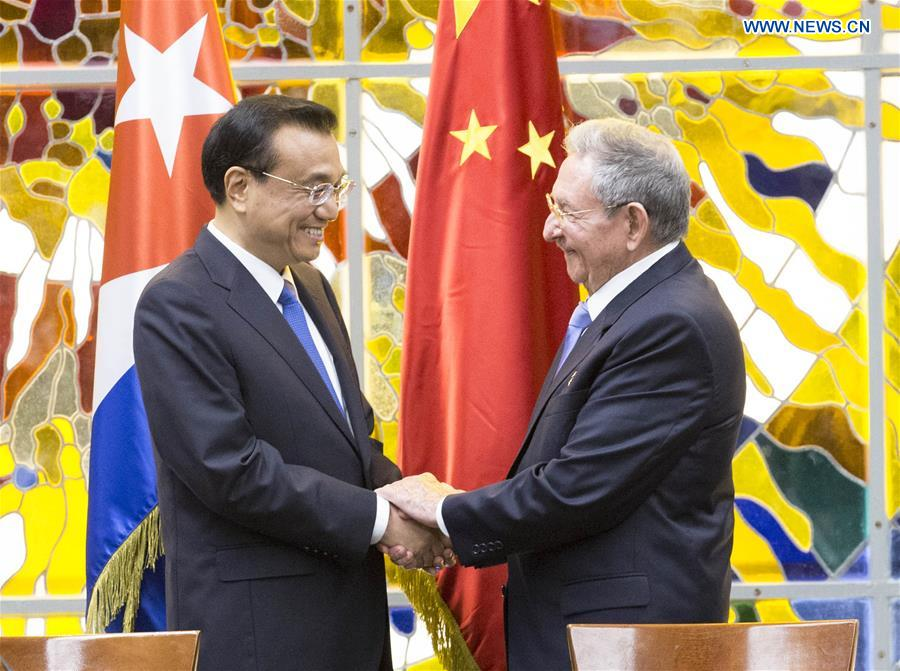 Chinese Premier Li Keqiang (L) and Cuban President Raul Castro witness the signing of some 20 cooperative agreements in areas including economic technology, finance, production capacity, telecommunication, environment protection, and inspection and quarantine after their talks at the Palace of the Revolution in Havana, Cuba, Sept. 24, 2016. (Xinhua/Huang Jingwen)