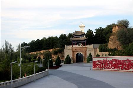 南梁革命纪念馆坐落在华池县南梁乡荔园堡,如今,这里已是国家级文物保护单位、甘肃省廉政教育基地和全国爱国主义教育基地。(央视网记者 王小英)