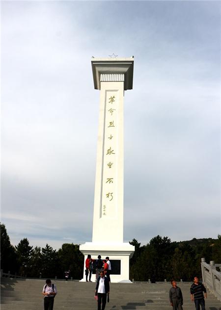 南梁革命纪念碑下方是一面无字墙。这是为了纪念在南梁创建革命根据地时,那些牺牲了却未能留下姓名的英烈。(央视网记者 王小英)