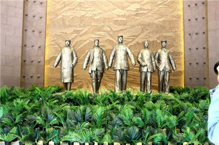 纪念馆序厅中的雕像。(央视网记者 王小英)