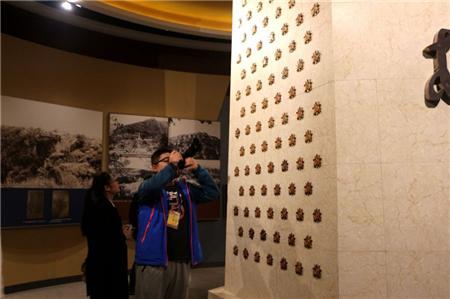 纪念馆中的功勋章。(央视网记者 王小英)