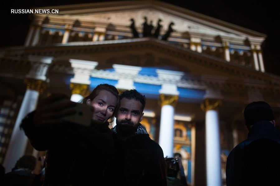 Световое шоу на здании Большого театра в Москве
