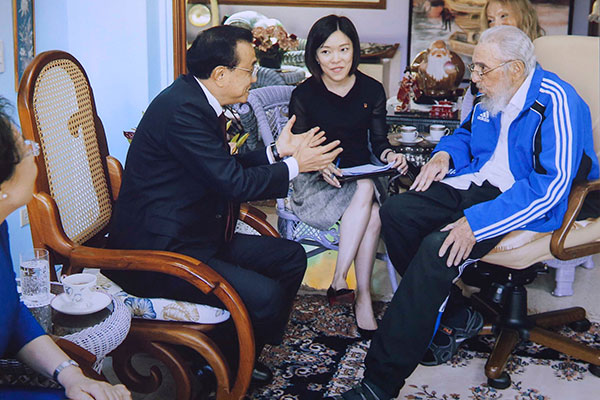 Chinese Premier Li Keqiang visited Cuban revolutionary leader Fidel Castro here Sunday and the two exchanged views on bilateral ties, world peace, regional hotspot issues, food security and a wide range of other issues of common concern.