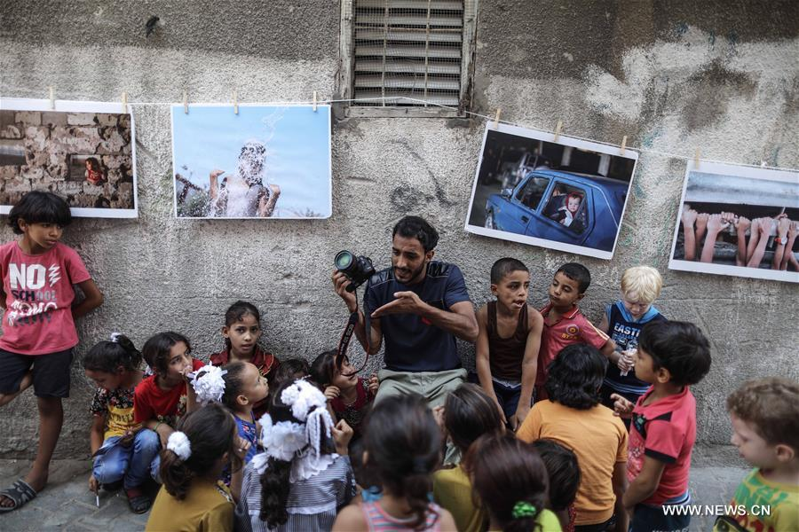مصور فلسطيني يزين مخيم الجباليا بصوره التي تحكي قصص غزة