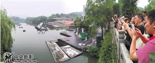 市民和游客在《最忆是杭州》演出场地曲院风荷争相留影