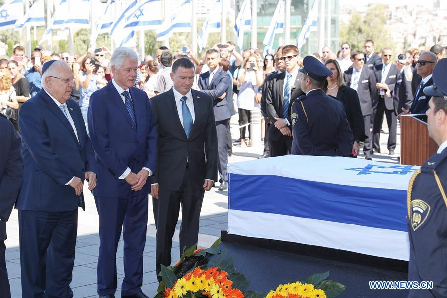 People pay their last respect in front of the coffin of former Israeli President Shimon Peres at the central Knesset plaza in Jerusalem, Sept. 29, 2016. Peres, one of the last living founding fathers of Israel, passed away at the age of 93 early Wednesday morning after suffering a major stroke more than two weeks ago. (Xinhua/Guo Yu)